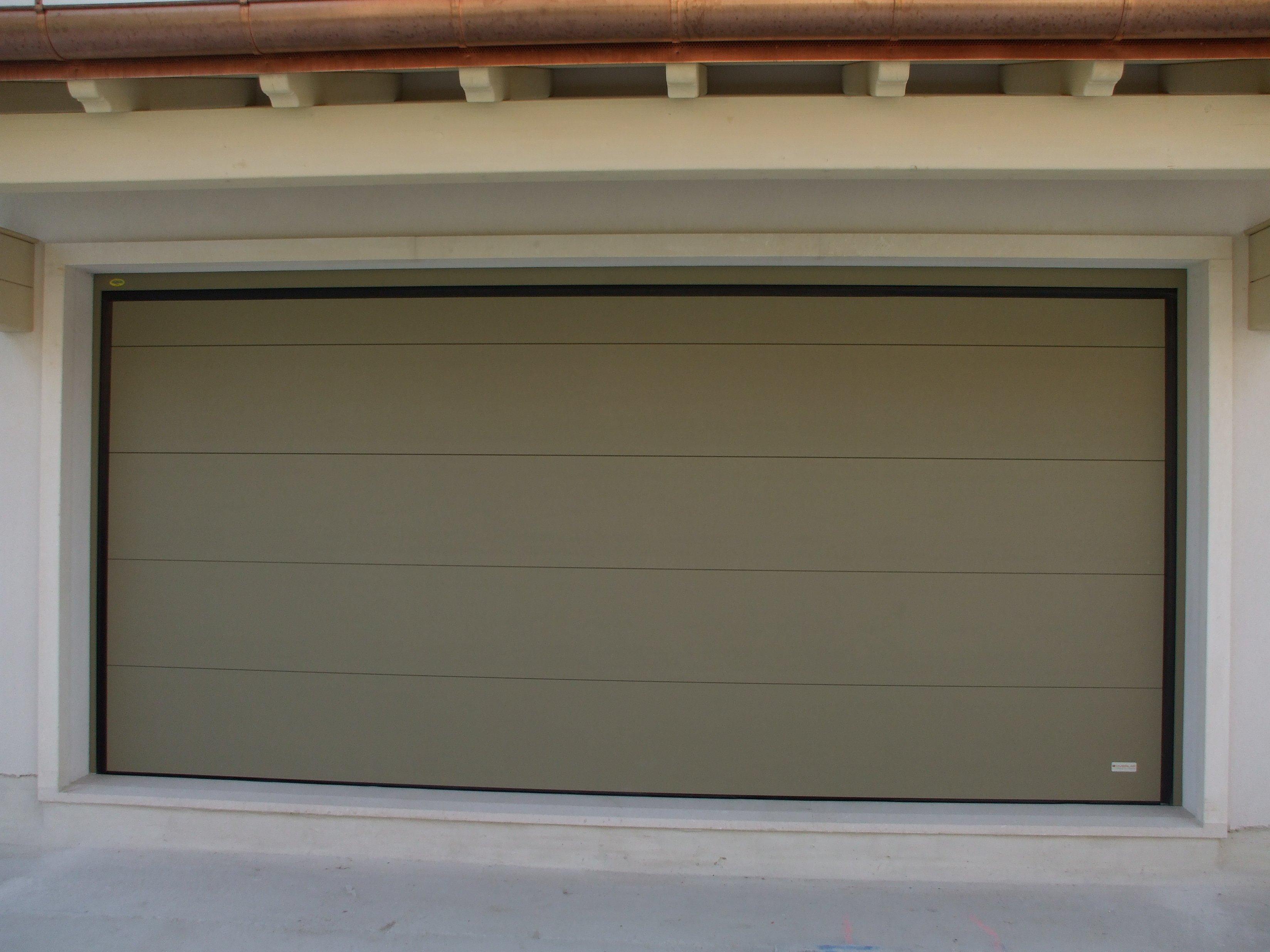 grande garage color grigio
