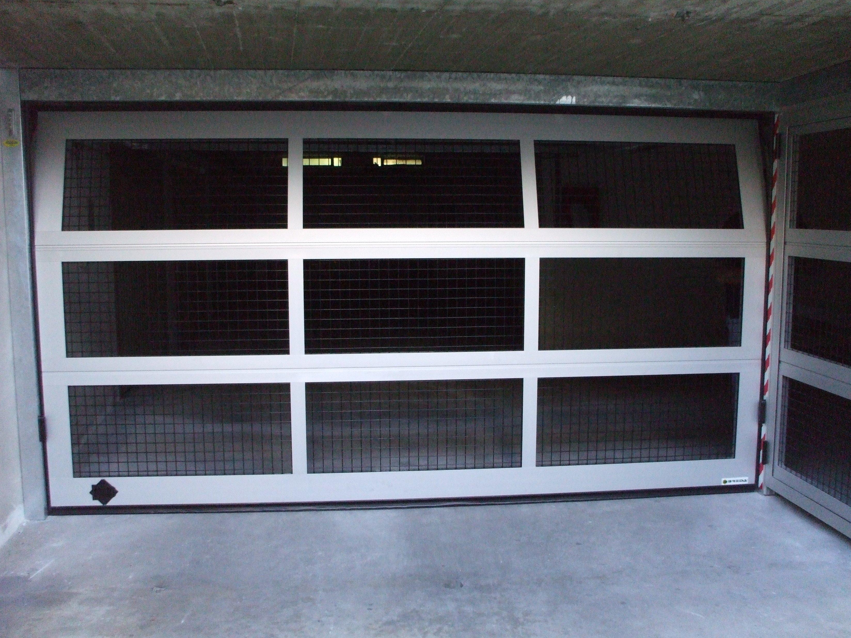 porta aperta di un garage