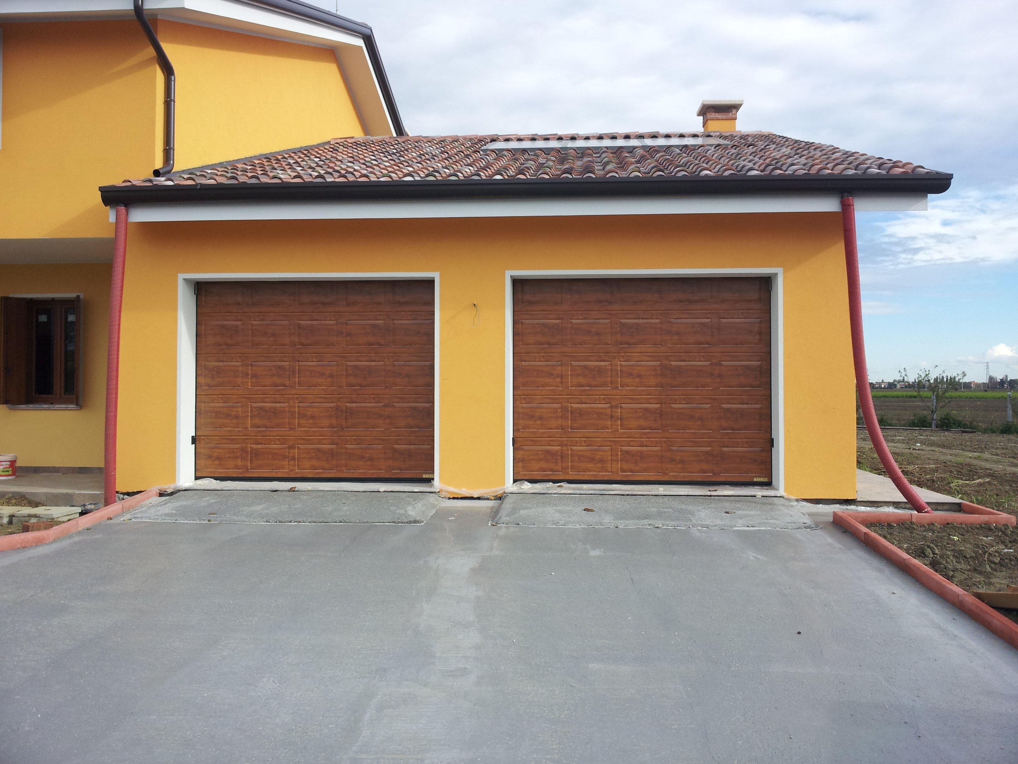 garage due entrate con serrande in legno