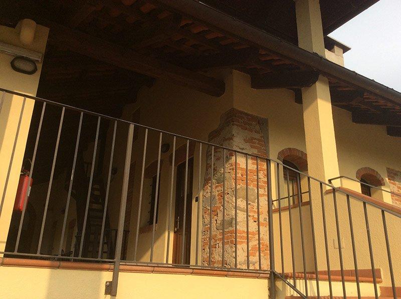 terrazza con balcone e scale