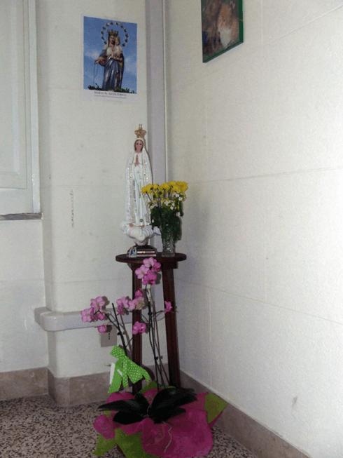 Per i momenti di preghiera la residenza dispone di una cappella adibita al culto.