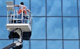 Pulizia vetrate con piattaforma aerea