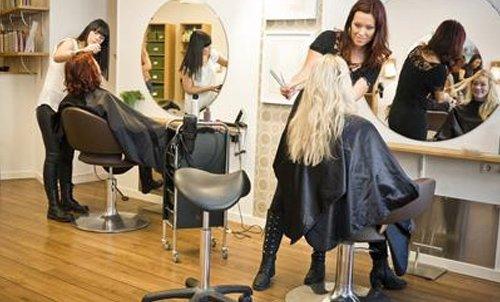 spazzole, forbici e prodotti per capelli