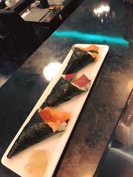 del sushi di salmone e tonno avvolto in tre alghe