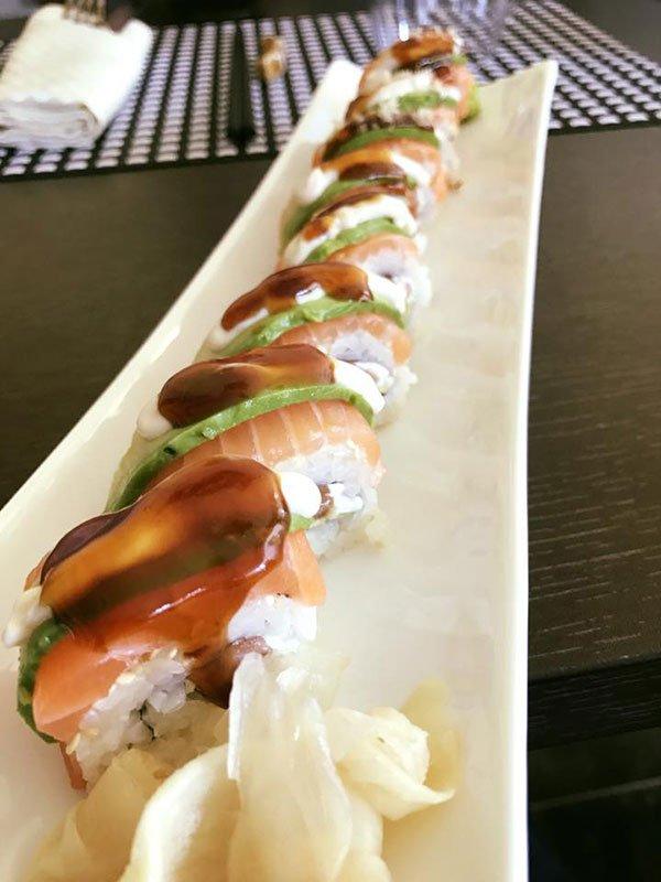un piatto di sushi di salmone
