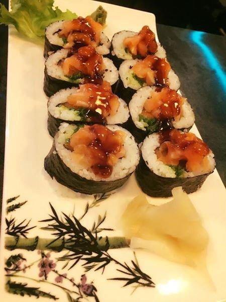 un piatto di sushi avvolto in delle alghe