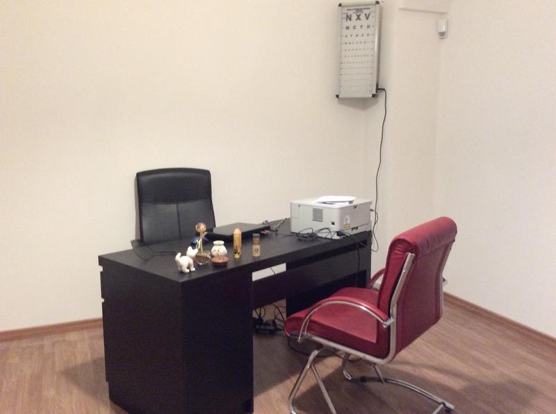 un ufficio con una scrivania e due poltrone