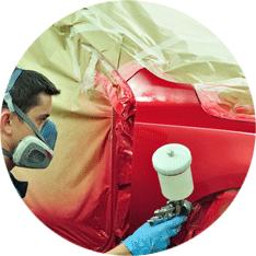 meccanico vernicia di rosso un'auto