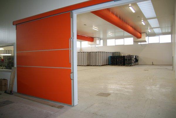 cella frigorifera con portellone arancione