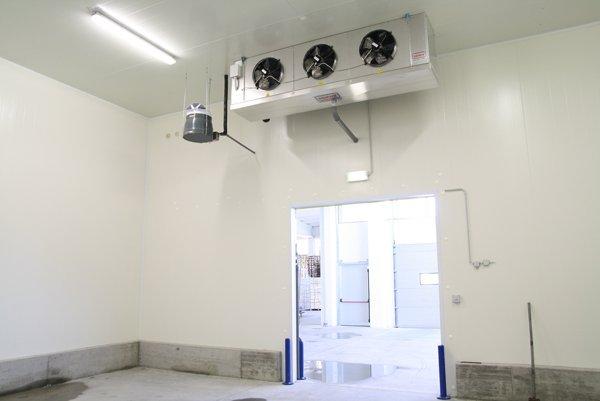 cella frigorifera vuota con porta aperta