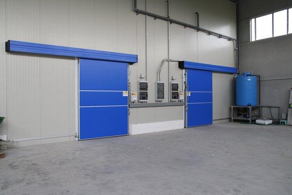 cella frigorifera con porte scorrevoli blu