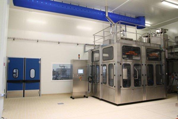 generatore elettrico in capannone con porte blu