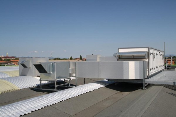 tubature per areazione sul tetto dell'edificio