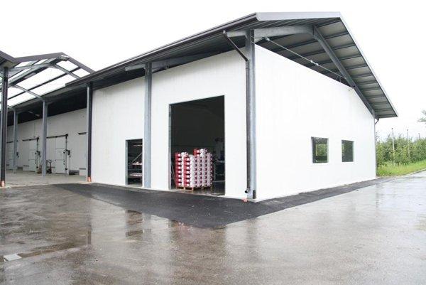 travi e tetto di un capannone in metallo