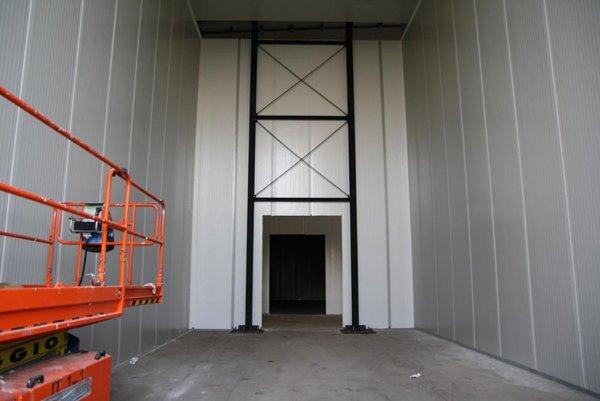 parete con porta e struttura metallica ad x
