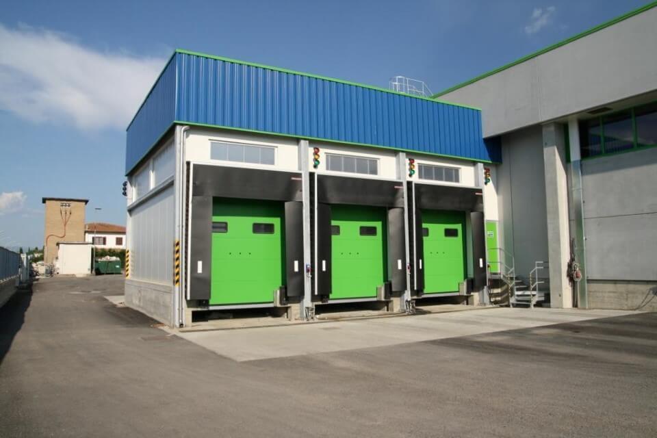 capannoni con porta per i camion di colore verde