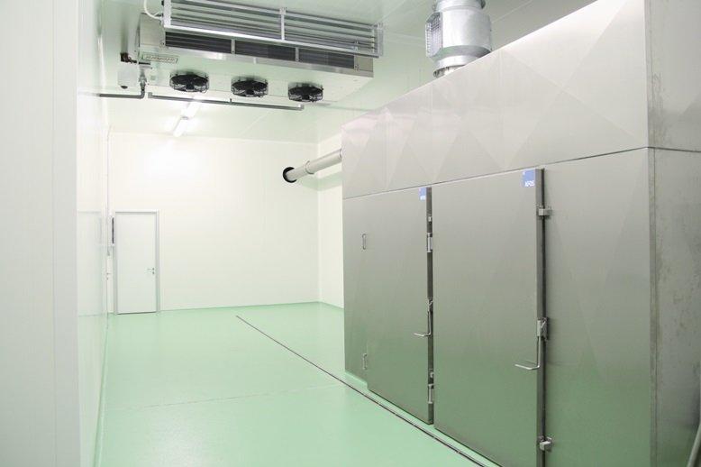 cella frigorifera vuota con pavimento verde acqua