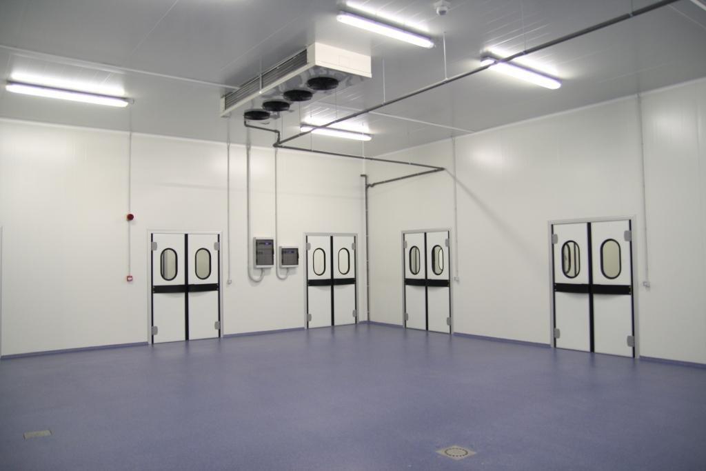 cella frigorifera vuota con pavimento blu e porte