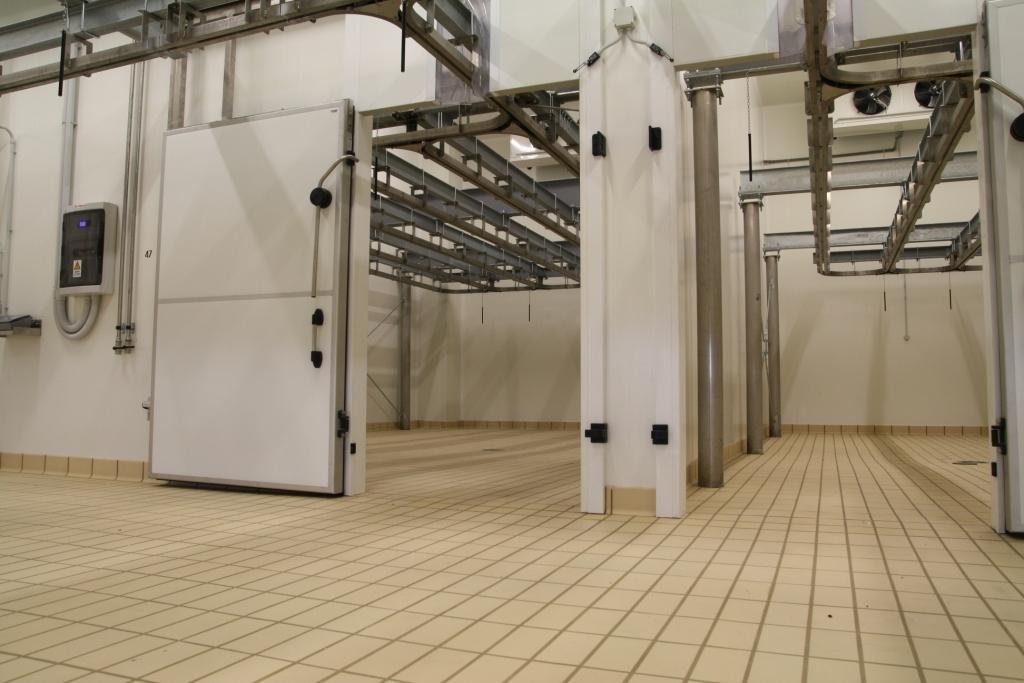 capannone industriale con porte su tutti i lati