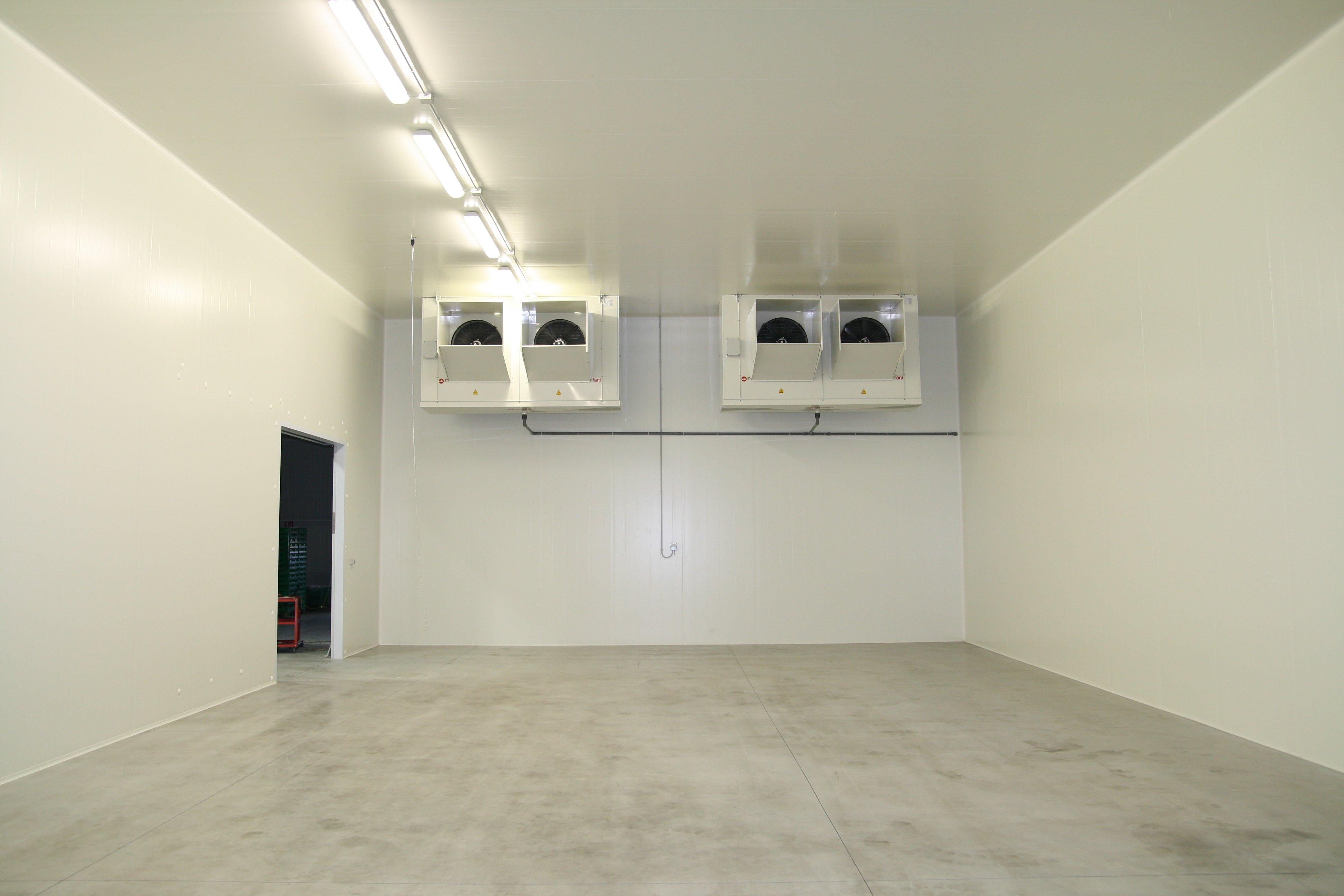 cella frigorifera vuota con pareti bianche