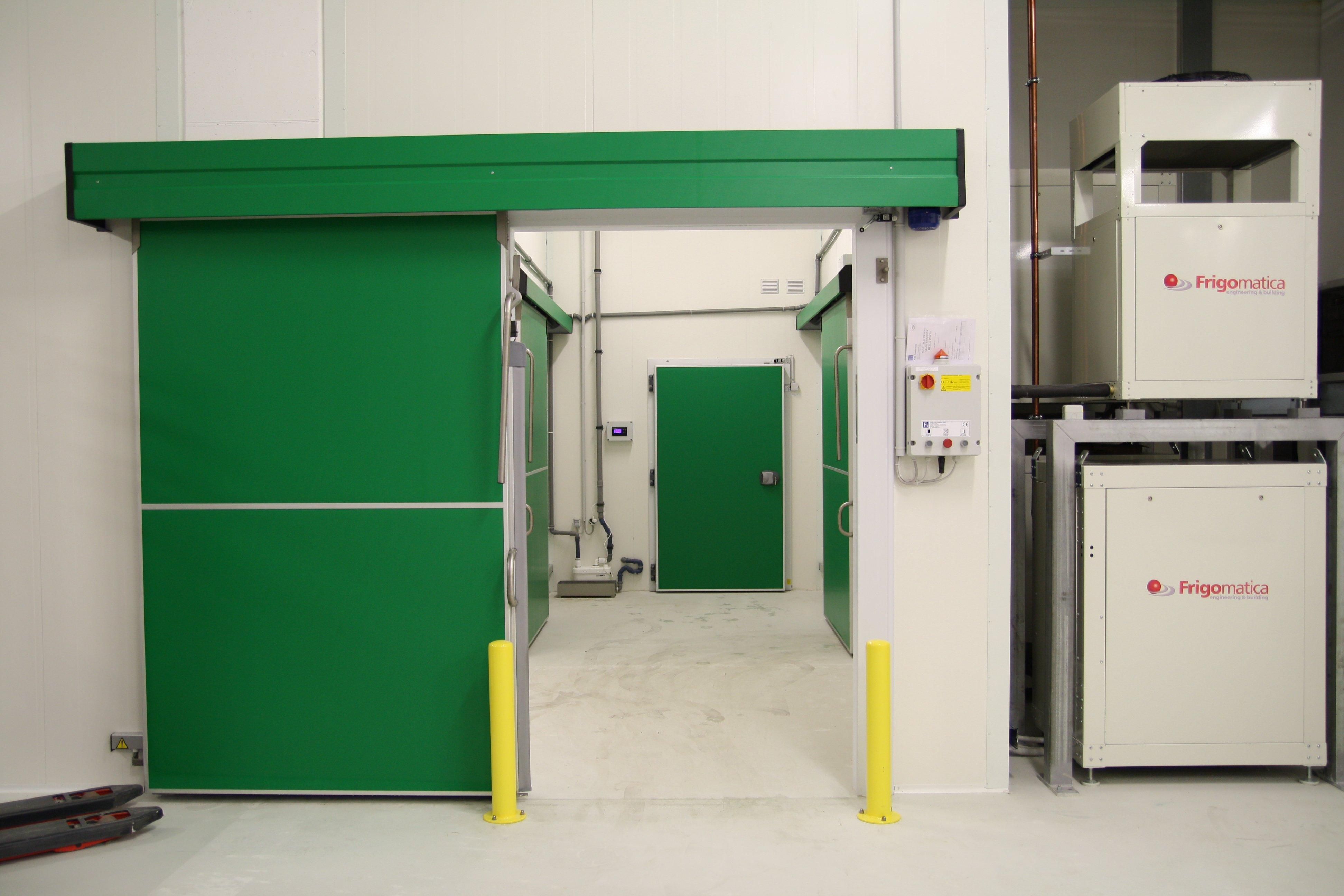 corridoio industriale con porte arancioni
