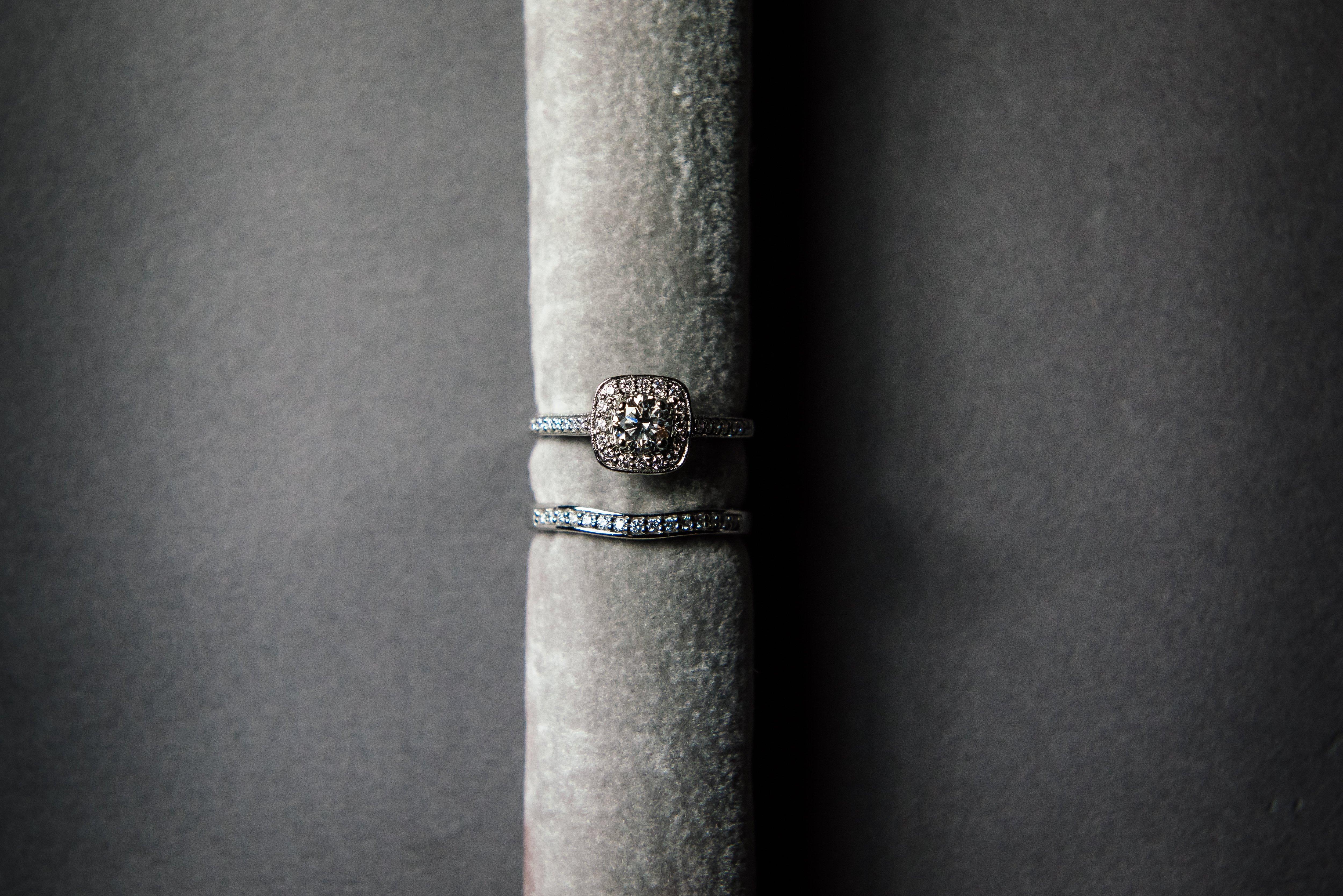 A single wedding ring