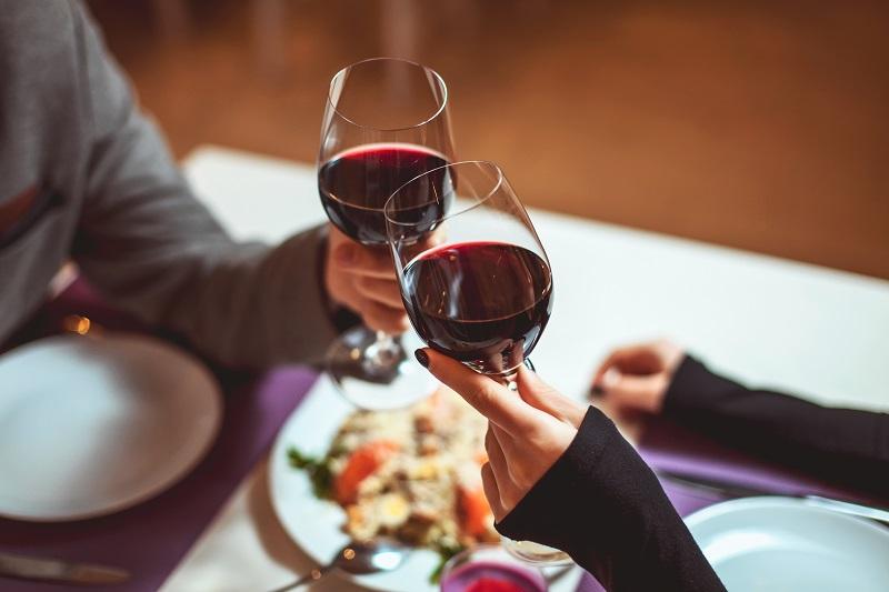 un brindisi con dei bicchieri di vino rossoun brindisi con dei bicchieri di vino rosso
