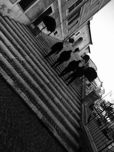 scalinate di una chiesa e 4 persone di spalle che le salgono