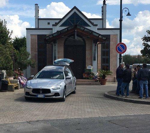 carro funebre parcheggiato davanti ad una chiesa