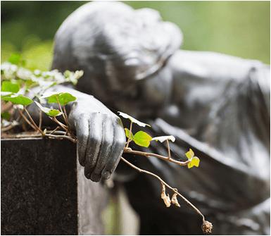 statua di una donna in un cimitero
