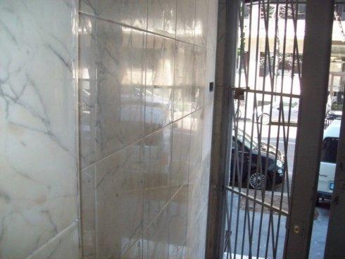 Lucidatura di marmi verticali in un ingresso civico