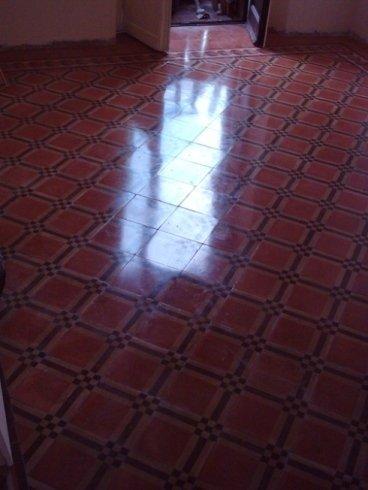 effetto finale della lucidatura a cera speciale su pavimento in cemento decorato