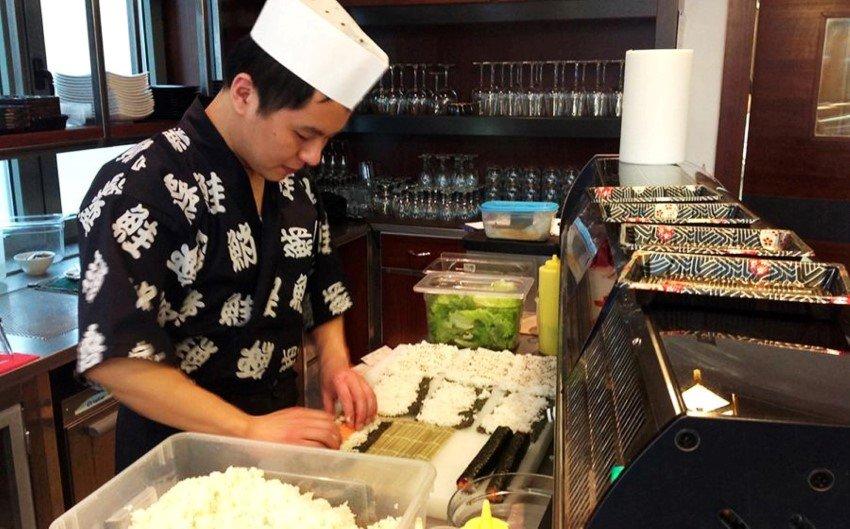 Chef prepara piatti giapponesi presso ristorante Il Paradiso Del Sushi a Pavia