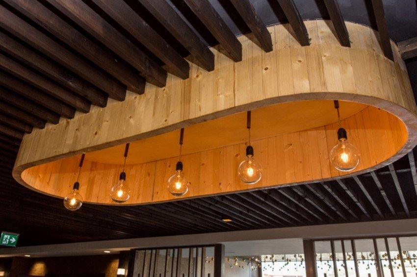 Particolare luci a soffitto e design al ristorante Il Paradiso Del Sushi a Pavia