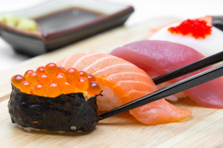 Primo piano di un piatto con sushi servito in elegante tavolo di ristorante giapponese