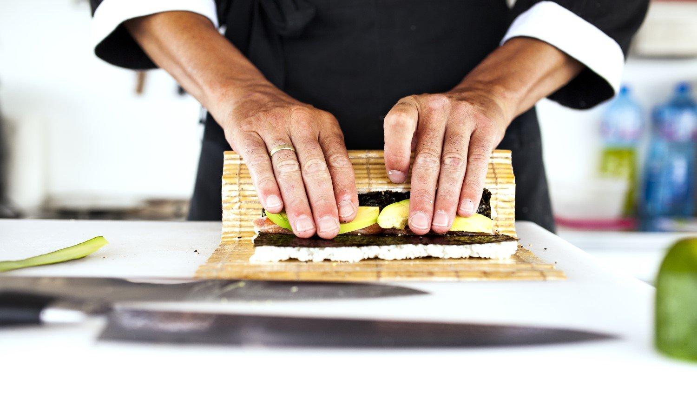 chef mentre prepara del sushi