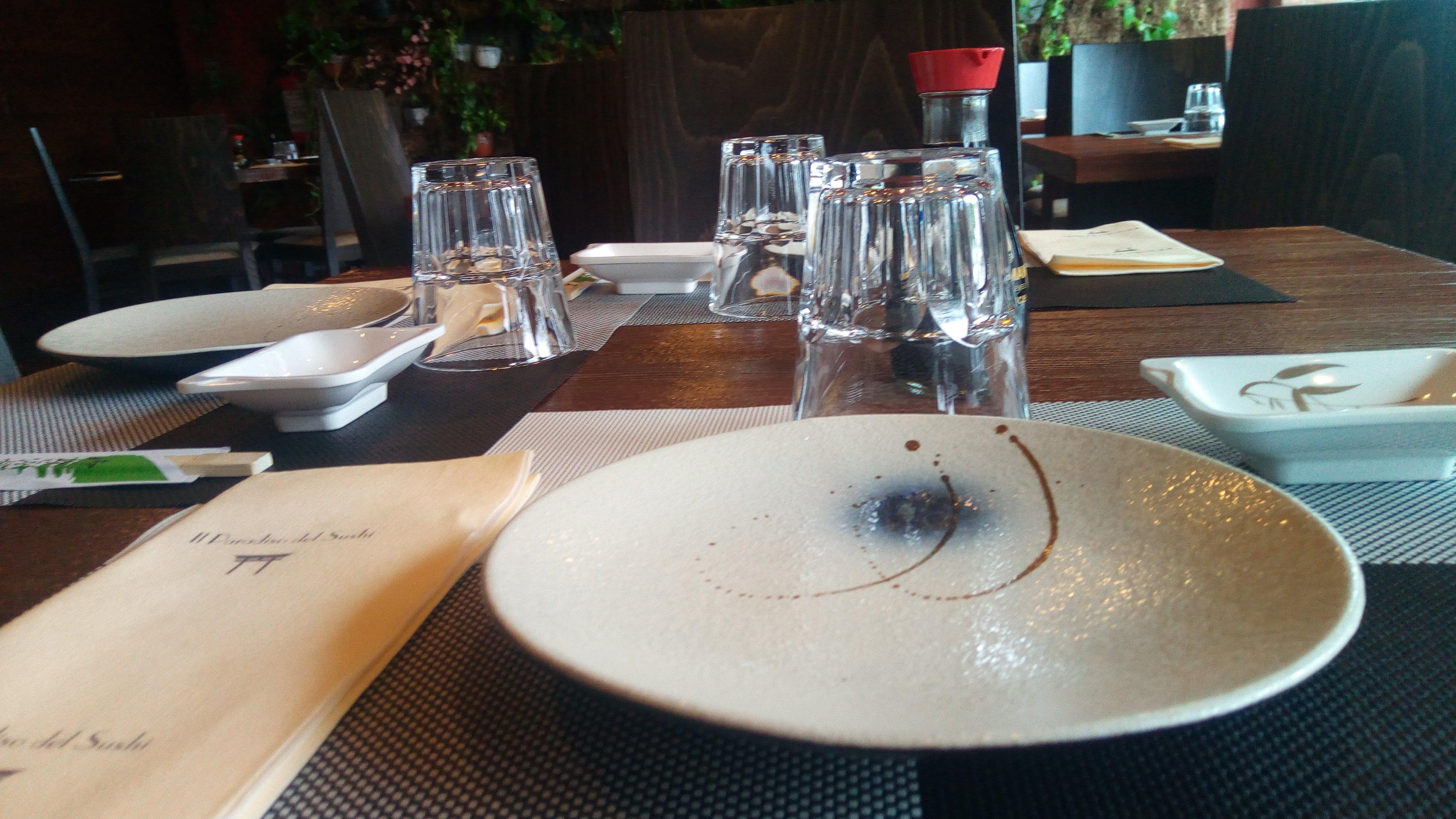un tavolo apparecchiato all'interno del ristorante