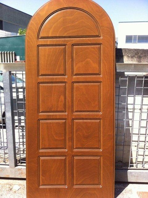 una porta in legno con uno stipite di color bianco