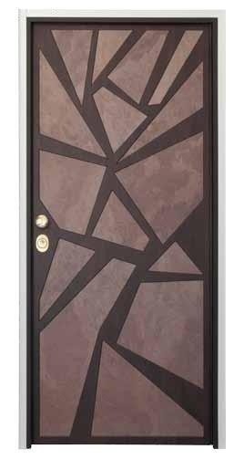 una porta in legno con disegni moderni