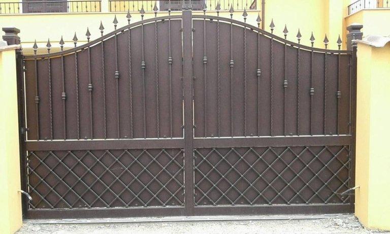 dei cancelli in ferro battuto di color grigio