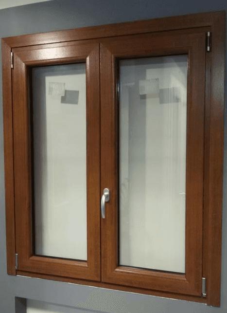 una finestra piccola con finiture in legno