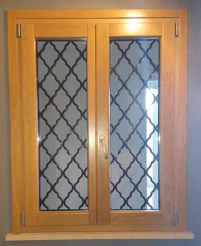 una finestra finiture in legno di color bianco