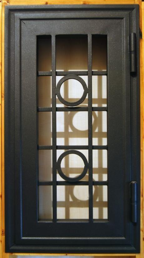 F     Finestra protetta con una griglia che ha un originale progettazione di circulos entro i quadrati