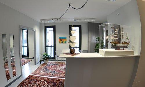 interno di un ufficio con un bancone con sopra degli oggetti e un tappeto