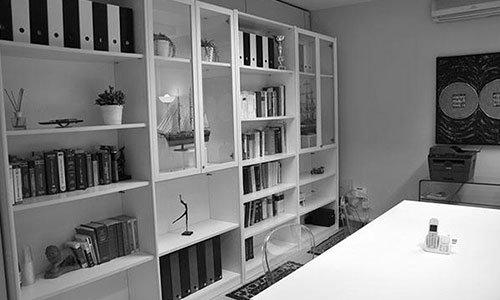 una libreria con dentro dei libri