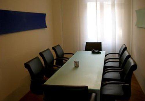 sala riunione con tavolo rettangolare