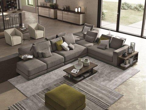 arredamento salotto con ampio divano componibile in stoffa grigia