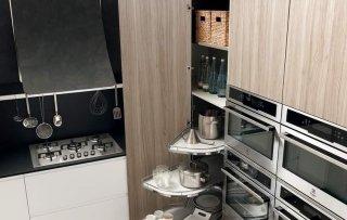 cucina con dispensa angolare