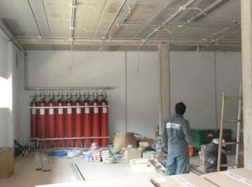 Impianto antincendio a gas inerte – rampa con bombole e distribuzione a soffitto