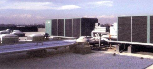 Gruppi frigo 520 kw frigorie installati su tetto piano di stabilimento industriale